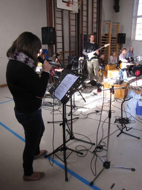 080  die Band spielt