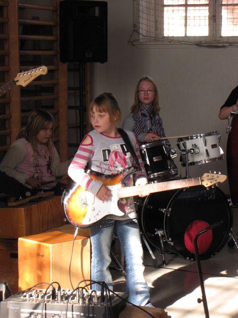 084  die Band spielt